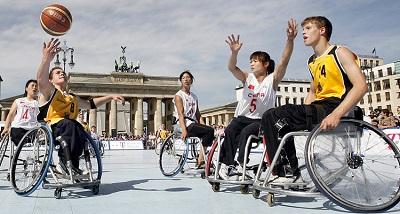 Дети инвалиды играют с мячом