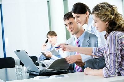 Сотрудники на работе у компьютера