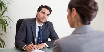 Начальник пишет приказ об отказе в отпуске