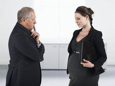 Беременная сотрудница разговаривает с начальником