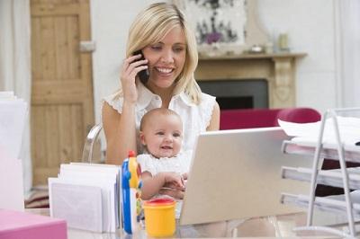 Мама с малышом на работе