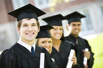 Студенты с дипломами