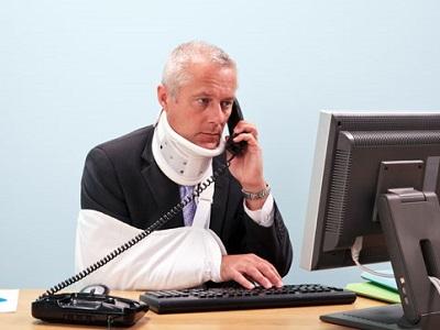 Травмированный сотрудник у компьютера