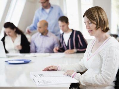 Работник не желает подписывать уведомление: как поступить?