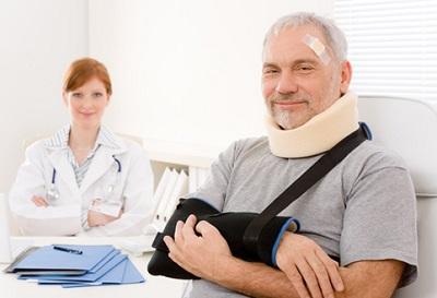 Кто оплачивает больничный лист работнику при увольнении и бытовой травме? (2019 год)